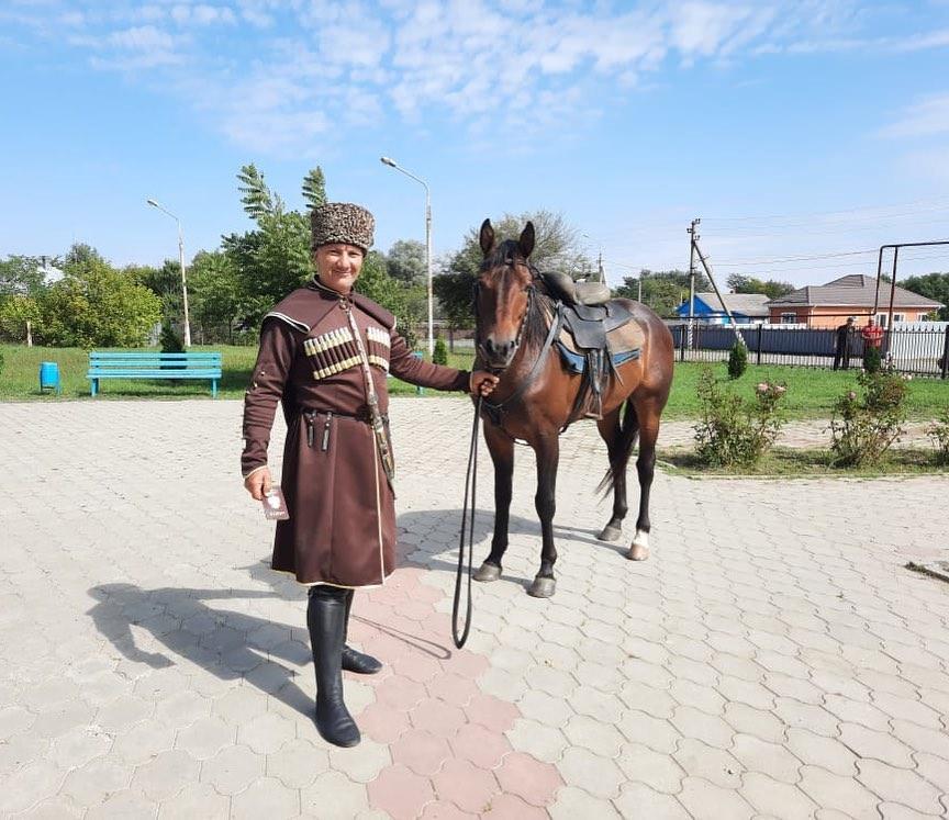 В Шовгеновском районе Адыгеи на голосование пришел всадник в традиционной адыгской одежде (черкеске)